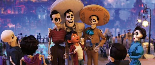 Miguel encontra amigos no mundo dos mortos em Viva