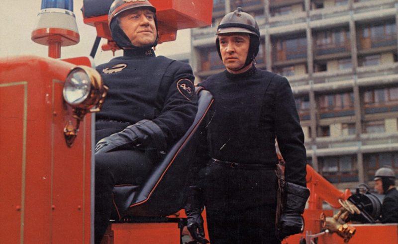 Montag (à direita) com cara de quem comeu e não gostou, é interpretado por Oskar Werner no filme de 1966