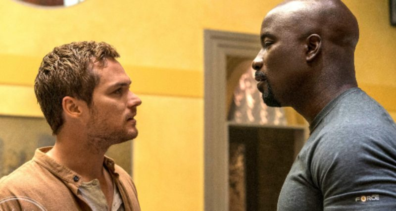 Mike Colter e Finn Jones em Luke Cage