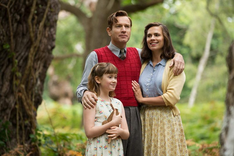 Madeline (Bronte Carmichael), Christopher Robin (Ewan McGregor) e Evelyn (Hayley Atwell)