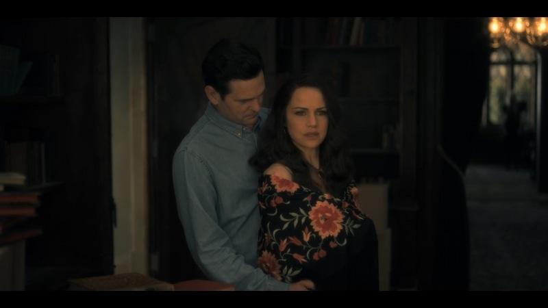 Henry Thomas e Carla Gugino em cena de A Maldição da Residência Hill