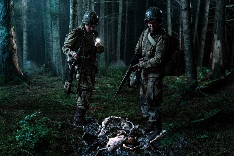 Iain de Caestecker é Chase e John Magaro é Tibbet no filme Operação Overlord