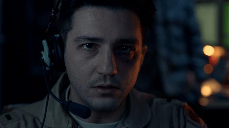 John Magaro interpreta o soldado Victor Polizzi