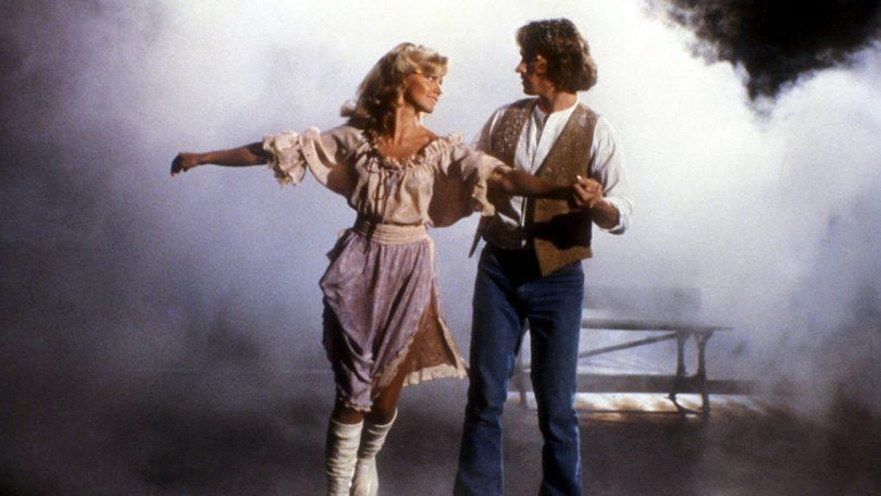 Olivia Newton-John e Michael Beck em cena do filme