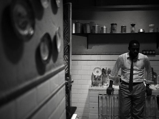 O filme é todo filmado em preto e branco