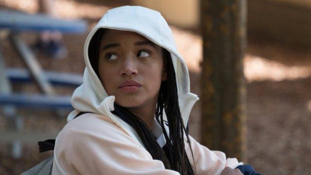 Estrella se sente dividida entre seu bairro e sua escola