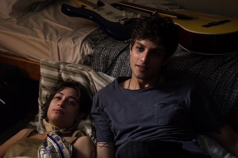 Luisa Arraes e Chay Suede em cena do filme