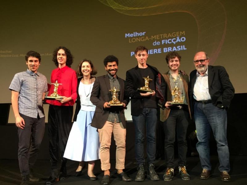 Equipe de Tinta Bruta ao receber prêmios