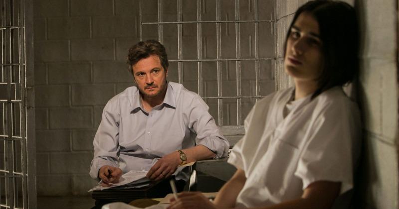 Ron Lax (Colin Firth) conversa com Damien Echols (James Hamrick) em cena de Sem Evidências