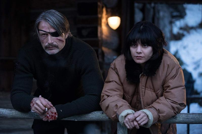 Mads Mikkelsen e Vanessa Hudgens em cena de Polar