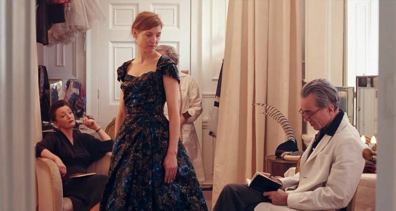 Daniel Day-Lewis, Lesley Manville e Vicky Krieps em cena de Trama Fantasma