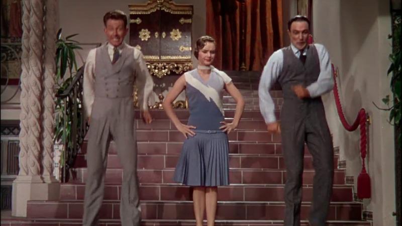 O trio de protagonistas em um número musical