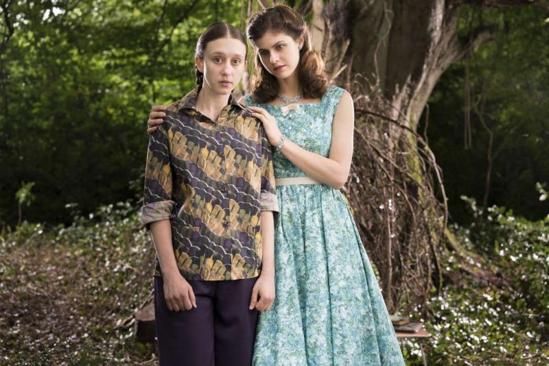 Taissa Farmiga e Alexandra Daddario em cena do filme