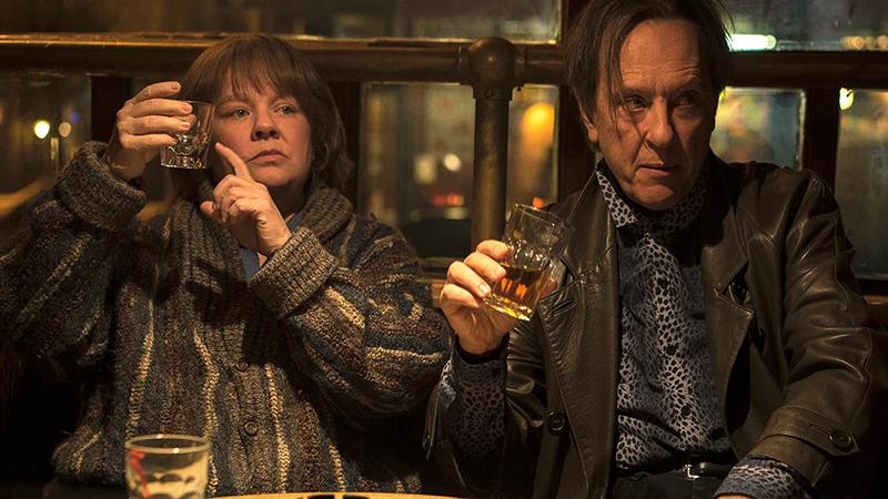Melissa McCarthy e Richard E. Grant em cena de Poderia Me Perdoar?