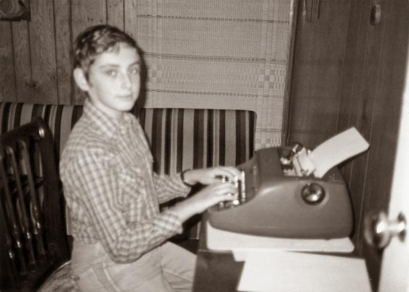 O autor na adolescência quando começa a demonstrar interesse pela escrita