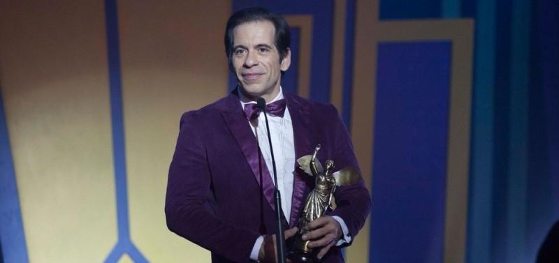 Nilo Perequê (Leandro Hassum) recebendo prêmio de melhor ator de comédia em Chorar de Rir