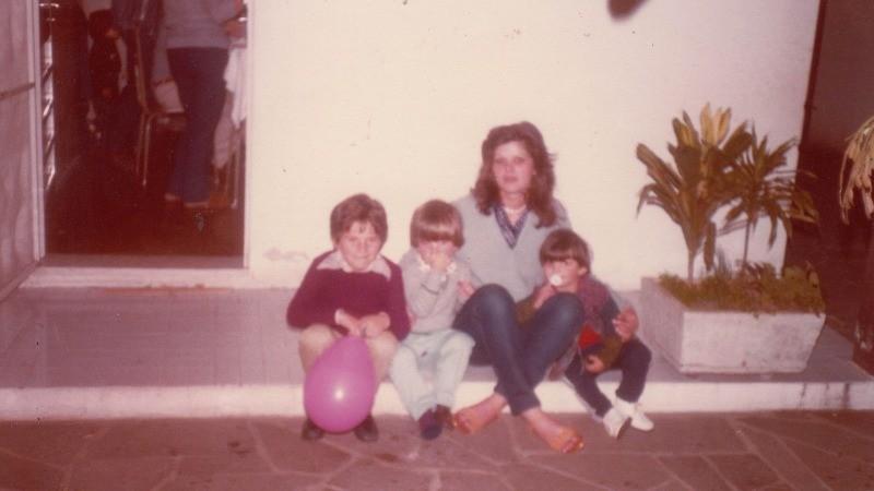 Isabel e seus filhos em Elegia de um crime
