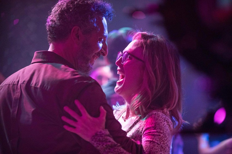 John Turturro e Julianne Moore em cena do filme Gloria Bell