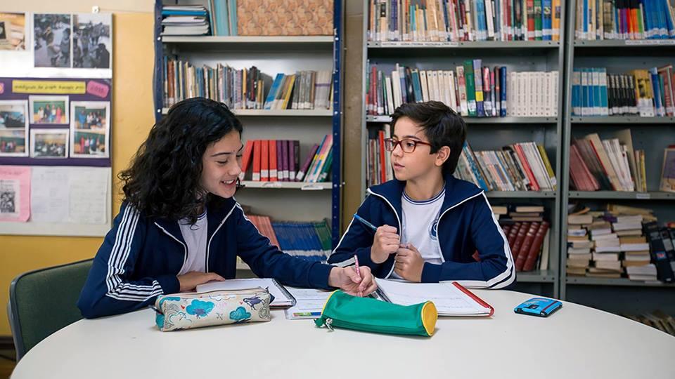 Laís e Lucas na escola em Sobre Rodas
