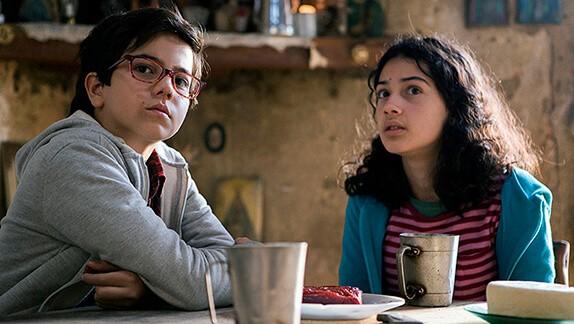 Lucas e Laís fazem paradas pelo caminho em busca do pai da menina em Sobre Rodas