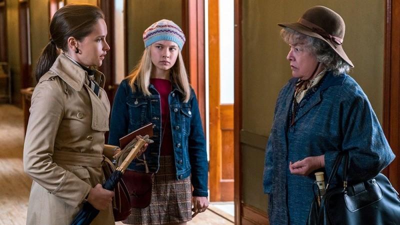 Ruth e Jane conversam com Dorothy Kenyon, interpretada por Kathy Bates