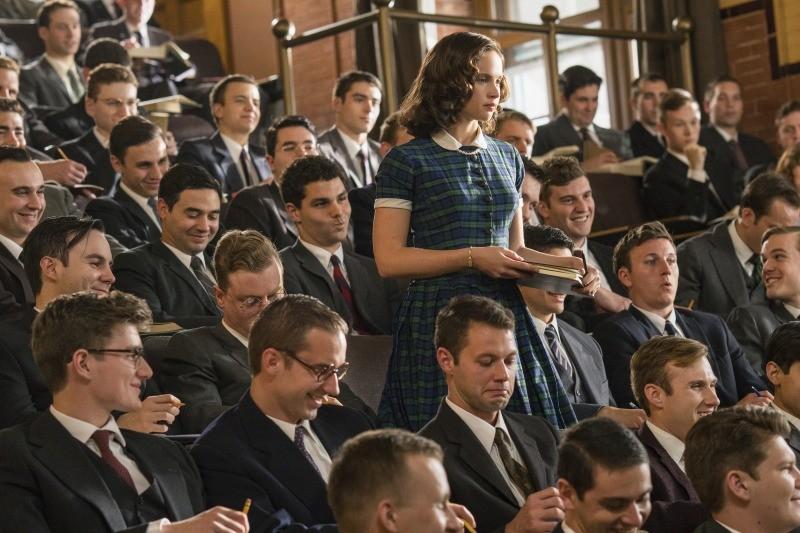 Ruth rodeada de homens na faculdade de direito de Harvard em Suprema