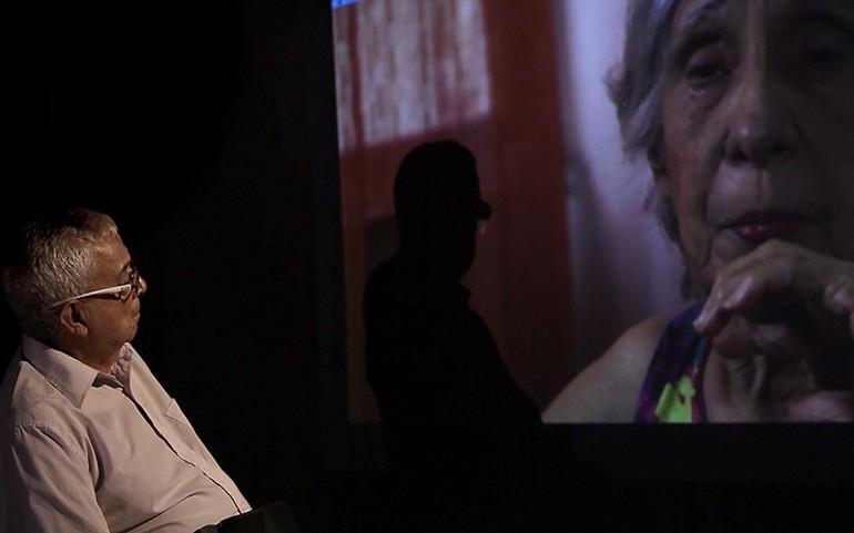 O espectador acompanha cenas de depoimentos da comissão da verdade e de familiares de desaparecidos em Pastor Cláudio