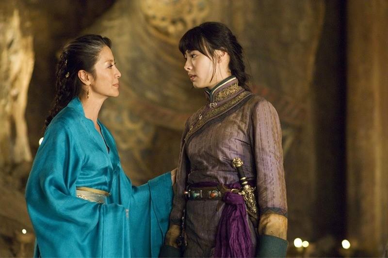 Michelle Yeoh e Isabella Leong em A Múmia: Tumba do Imperador Dragão