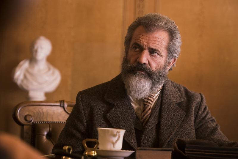 Mel Gibson é James Murray em O Gênio e o Louco