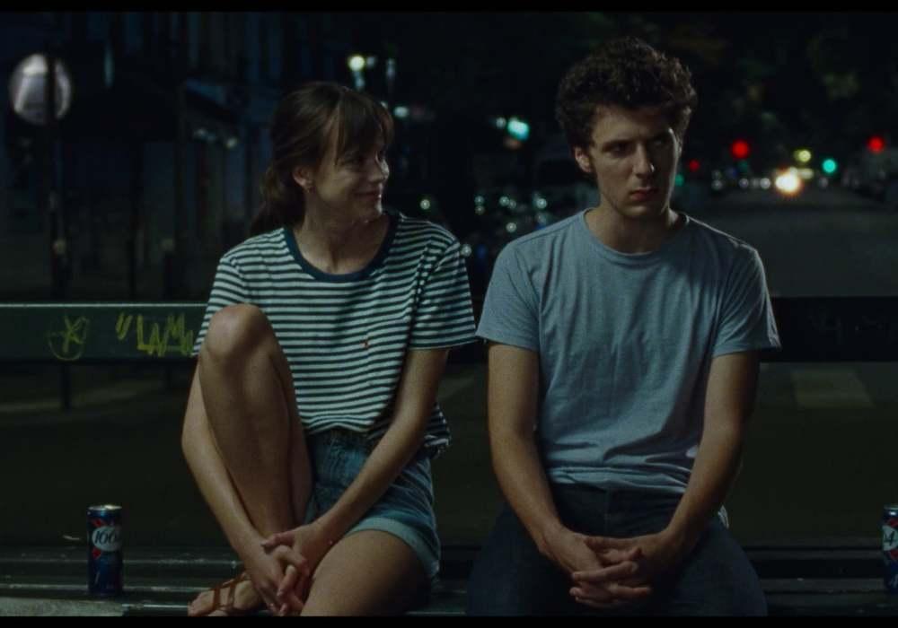 Stacy Martin e Vincent Lacoste em cena do filme Amanda