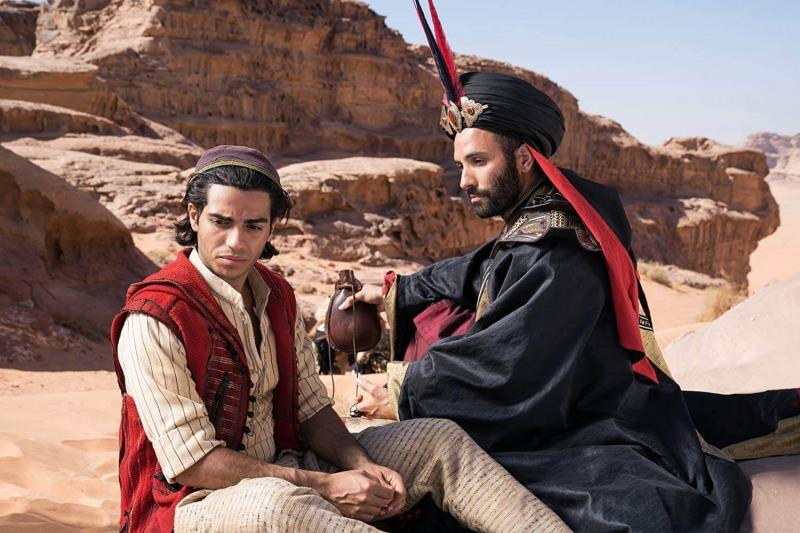 Jaffar convence Aladdin a entrar na caverna e pegar a lâmpada