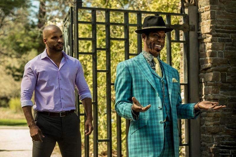 Ricky Whittle e Orlando Jones em American Gods - 2ª Temporada