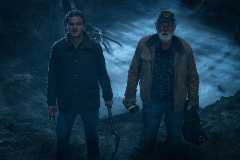 Jason Clarke e John Litgow em cena do filme Cemitério Maldito
