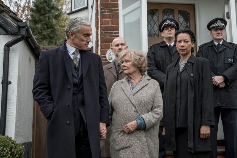 Joan, já senhora, é levada pelo serviço de segurança em A Espiã Vermelha