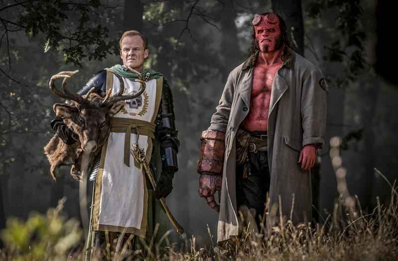 Alistair Petrie e David Harbour em cena de Hellboy