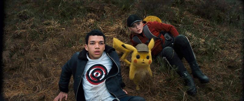 Justice Smith, Pikachu e Kathryn Newton em cena de Pokémon: Detetive Pikachu