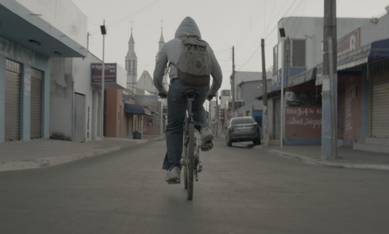 O filme Dias Vazios acompanha diversos adolescentes em uma cidade pequena