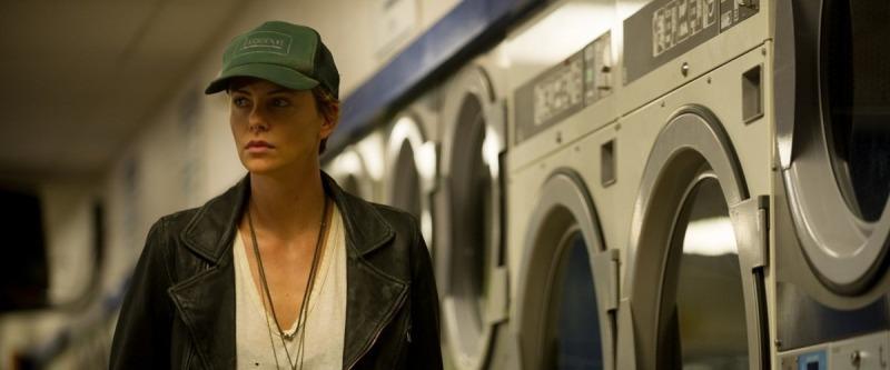 Charlize Theron em cena do filme Lugares Escuros