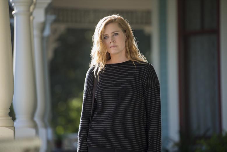 Amy Adams como Camille na série inspirada no livro Objetos Cortantes
