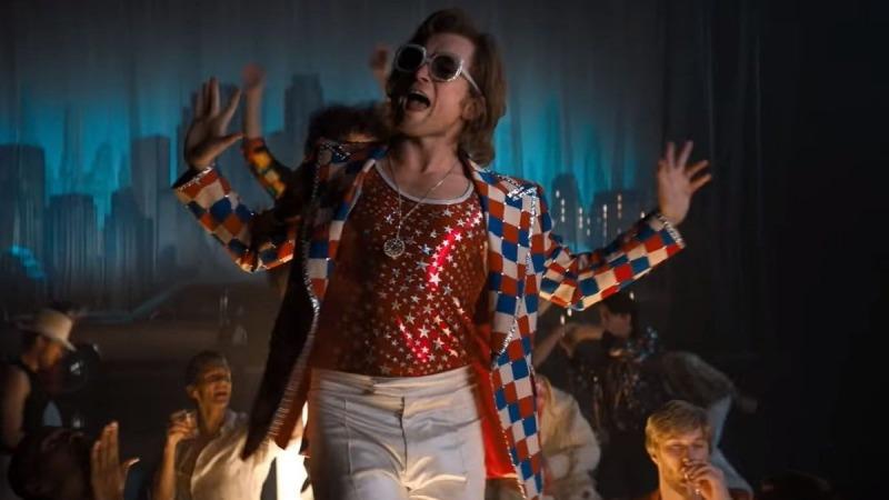 O filme usa as cenas musicais para falar das partes mais pesadas da vida de Elton