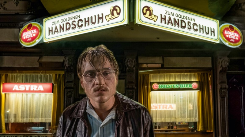 Jonas Dassler interpreta Fritz Honka em O Bar Luva Dourada