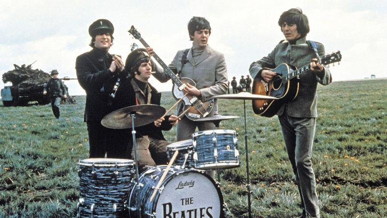 Os Beatles em um dos números musicais