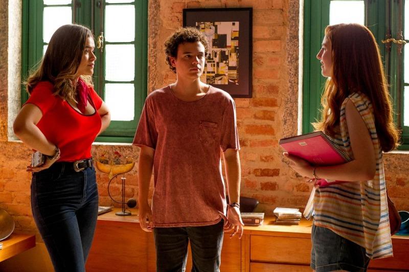 Júlia e Rosa disputam a atenção de Léo