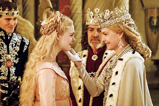 Fanning e Pfeiffer em cena do filme