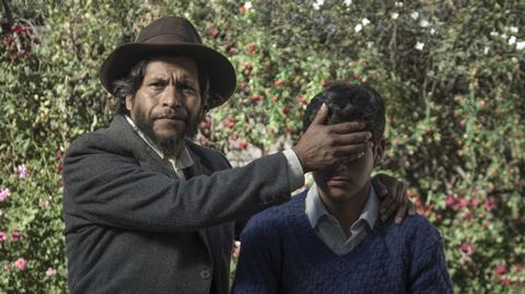 O filme explora a relação entre pai e filho