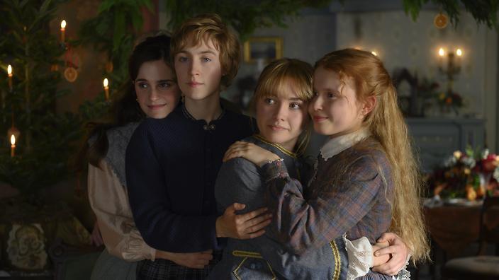 A trama de Adoráveis Mulheres acompanha os anos de crescimento das personagens