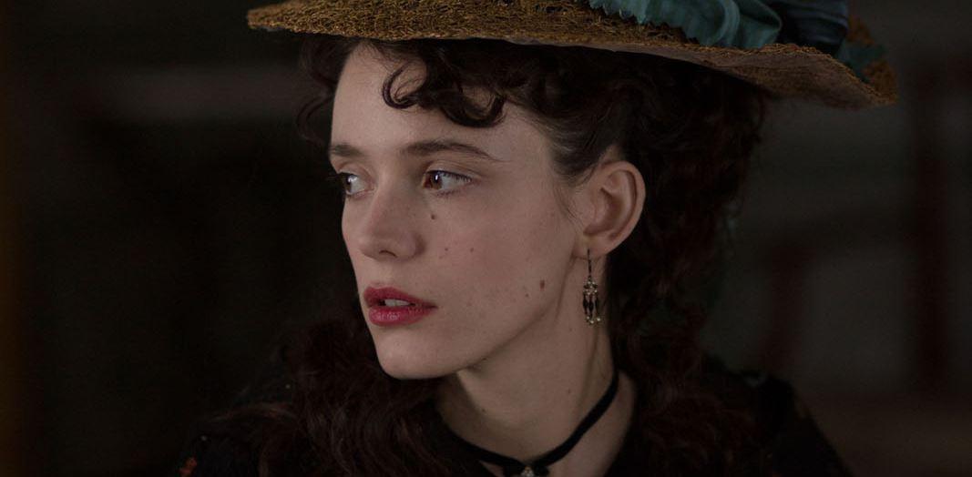 Stacy Martin em cena do filme O Último Amor de Casanova