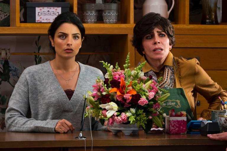 Aislinn Derbez e Verónica Castro em cena de A Casa das Flores