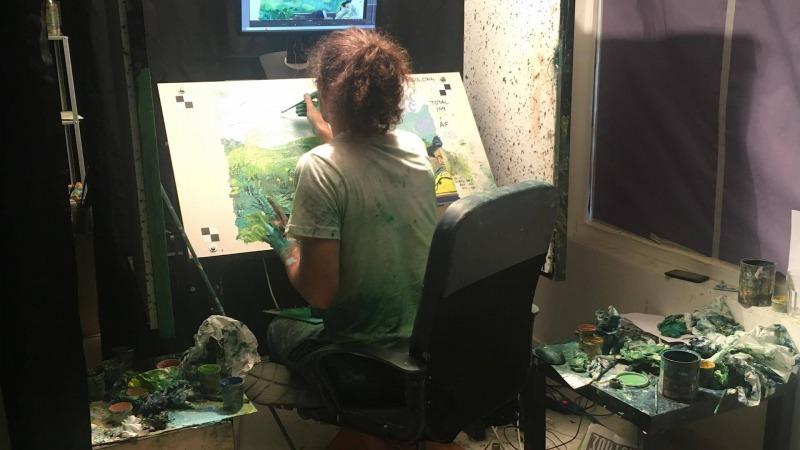 Artista pinta um dos quadros do filme Com Amor, Van Gogh
