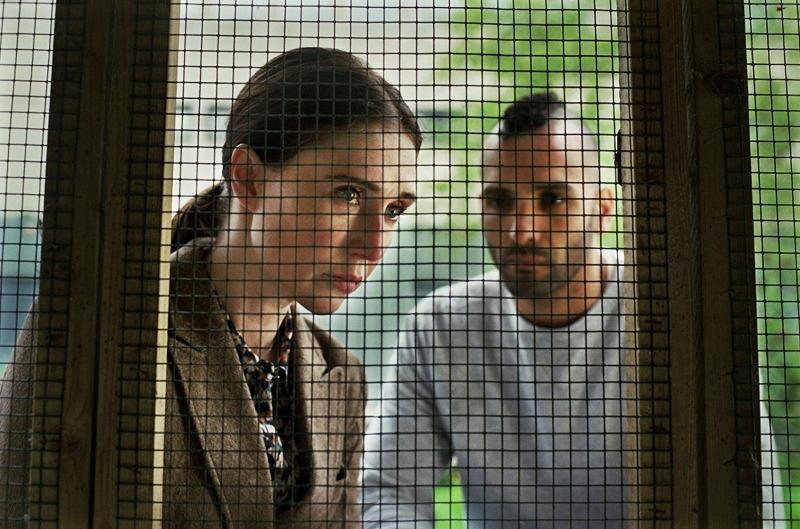 Carice van Houten e Marwan Kenzari em cena do filme Instinto